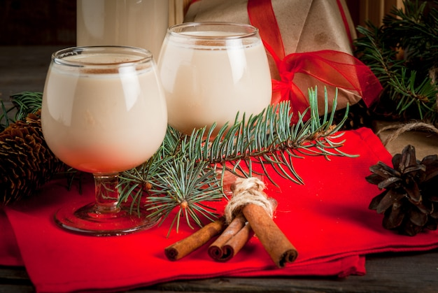 Traditioneller weihnachtscocktail. irische sahne, cola de mono