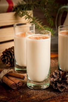 Traditioneller weihnachtscocktail - irish cream oder cola de mono