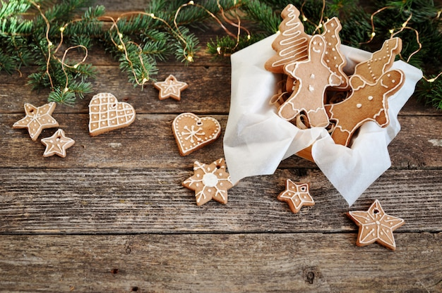 Traditioneller weihnachtslebkuchen-zuckerguss geformt wie ein lustiger kleiner mann im kasten