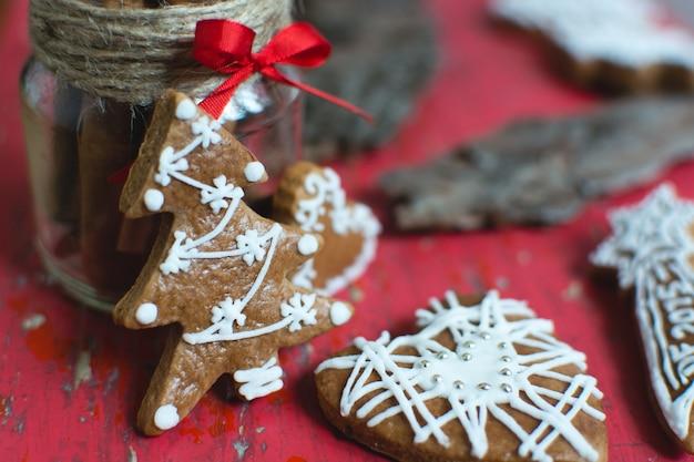 Traditioneller weihnachtszimtlebkuchen mit zuckerglasurdetail