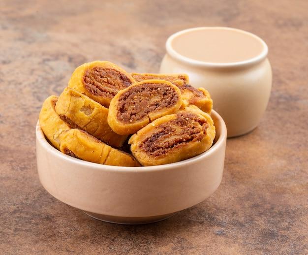 Traditioneller würziger snack bhakarwadi der indischen teatime
