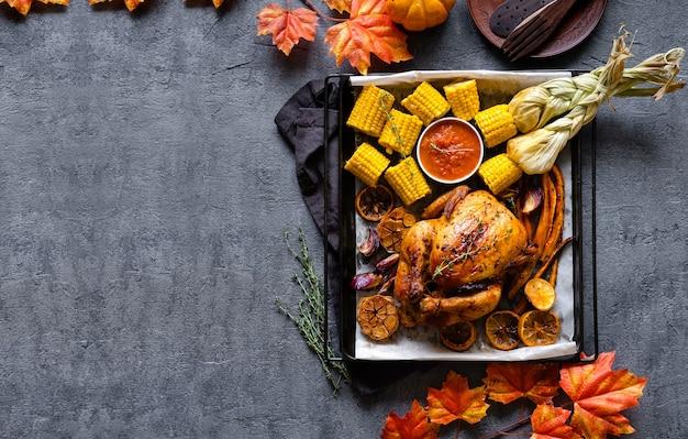 Traditionelles abendessen des erntedankfestes, das mahlzeitkonzept einstellt. thanksgiving-abendessen mit huhn