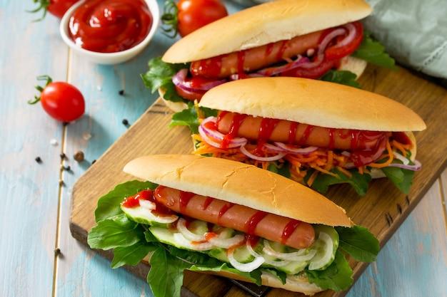 Traditionelles amerikanisches fastfood barbecue gegrillter hot dog mit frischem gemüse auf holztisch