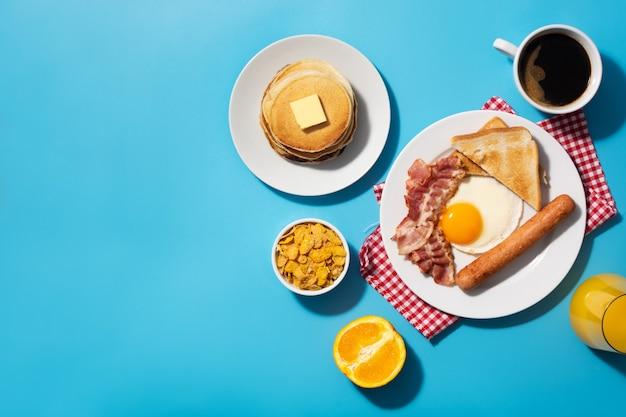 Traditionelles amerikanisches frühstück auf blauem hintergrund