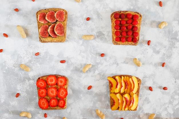 Traditionelles amerikanisches und europäisches sommerfrühstück: sandwiche des toasts mit erdnussbutter, draufsicht der kopie