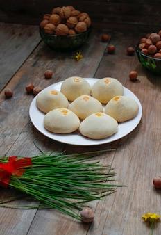 Traditionelles aserbaidschanisches feiertagsplätzchen shakar chorek auf weißer platte auf rustikalem