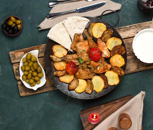 Traditionelles aserbaidschanisches gericht, serviert mit joghurt und oliven