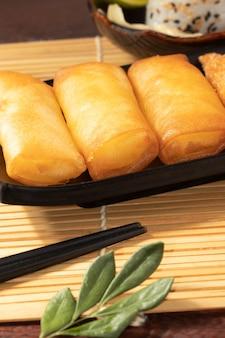 Traditionelles asiatisches essen, bekannt als gebratene frühlingsrollen.