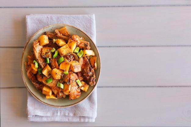 Traditionelles asiatisches tatarisches gericht. gedämpfte kartoffeln mit hammel und gemüse auf dem tisch
