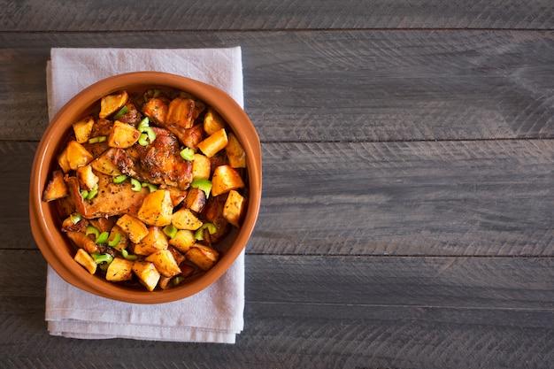 Traditionelles asiatisches tatarisches gericht. gedämpfte kartoffeln mit hammel und gemüse. foto mit textfreiraum