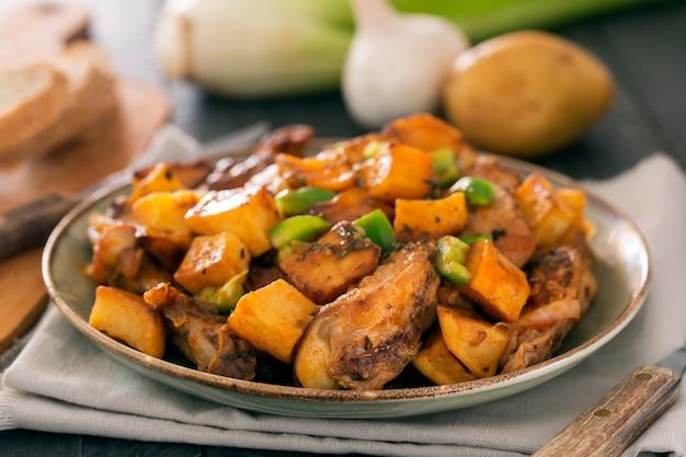 Traditionelles asiatisches tatarisches gericht. gedämpfte kartoffeln mit hammel und gemüse
