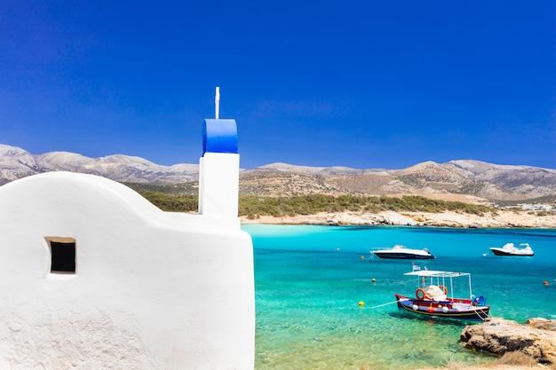 Traditionelles authentisches griechenland. schöner strand und kirche in naxos insel