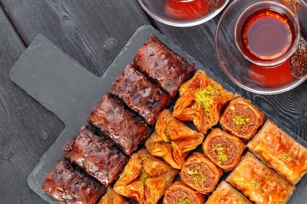Traditionelles baklava auf holzoberfläche tabelle