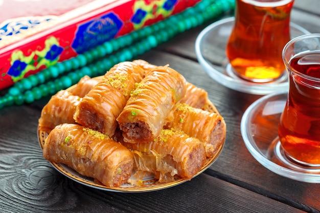 Traditionelles baklava auf holztisch