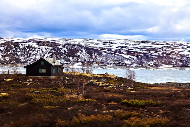 Traditionelles bauernhaus in den bergen, norwegen