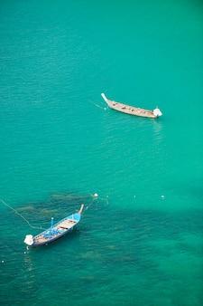 Traditionelles boot des langen schwanzes in phuket-meer, thailand.