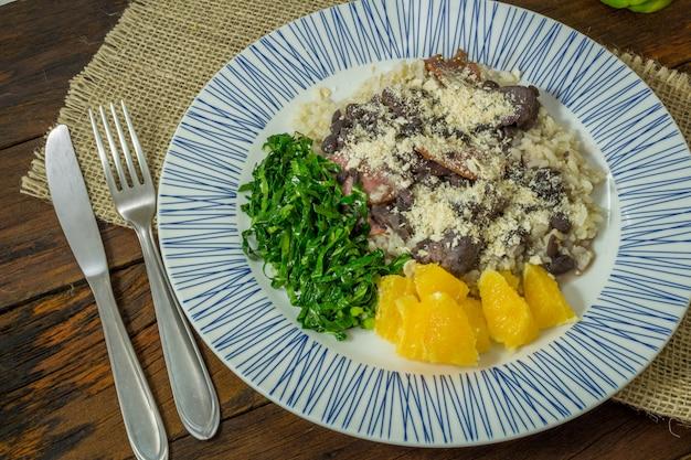 Traditionelles brasilianisches feijoada-essen. draufsicht