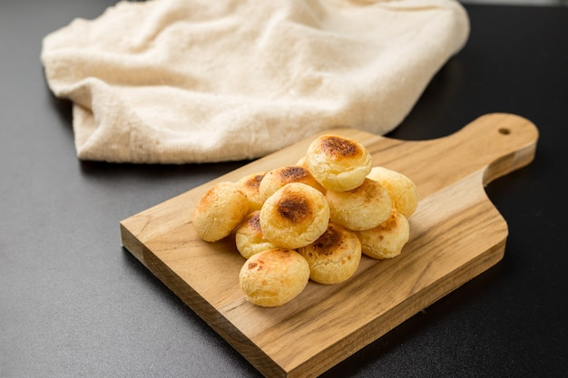 Traditionelles brasilianisches snack-käse-brot auf einem schneidebrett