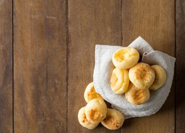 Traditionelles brasilianisches snack-käse-brot in einem topf