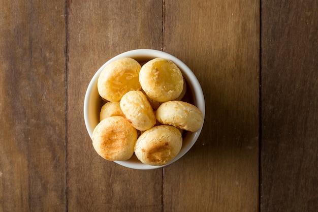 Traditionelles brasilianisches snack-käse-brot in einem weißen topf