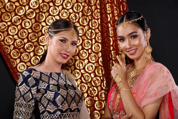 Traditionelles brautkleid der indischen tracht auf dem schönen frauenporträt