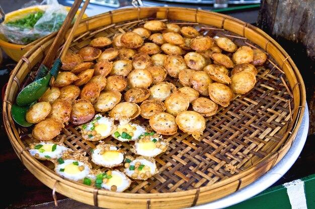Traditionelles burmesisches streetfood in yangon, burma