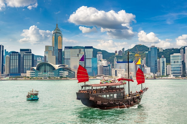 Traditionelles chinesisches hölzernes segelschiff in victoria harbour in hong kong