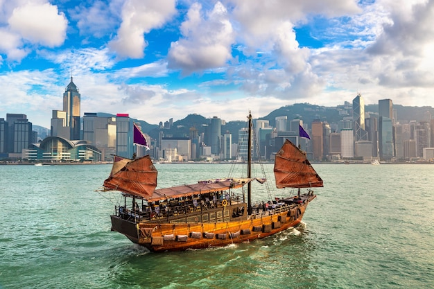 Traditionelles chinesisches hölzernes segelschiff in victoria harbour in hong kong