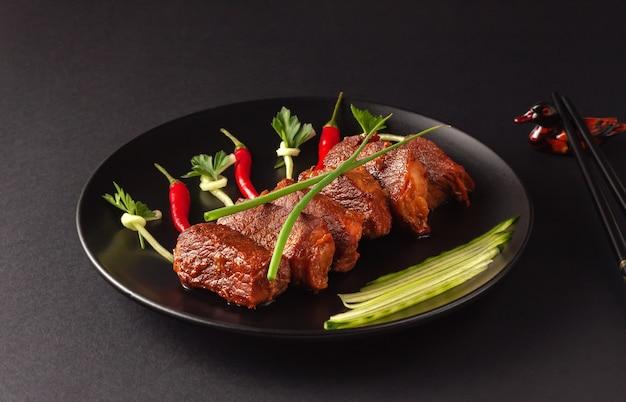 Traditionelles chinesisches straßenessen, gebratenes schweinefleisch, shanghai, china