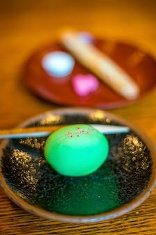 Traditionelles dessert im kyoto-stil in einem japanischen teehaus