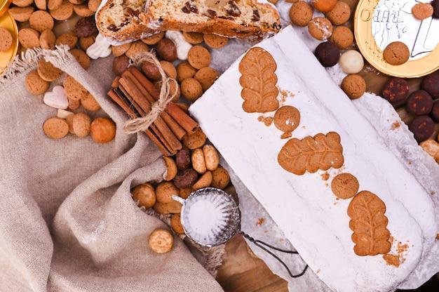 Traditionelles deutsches weihnachtsgebäck, verschiedene kekse und schokolade