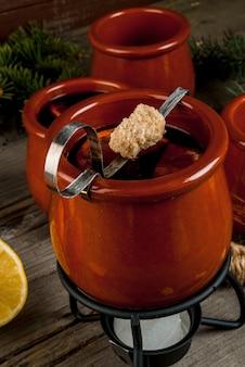 Traditionelles deutsches weihnachtsgetränk feuerzangenbowle