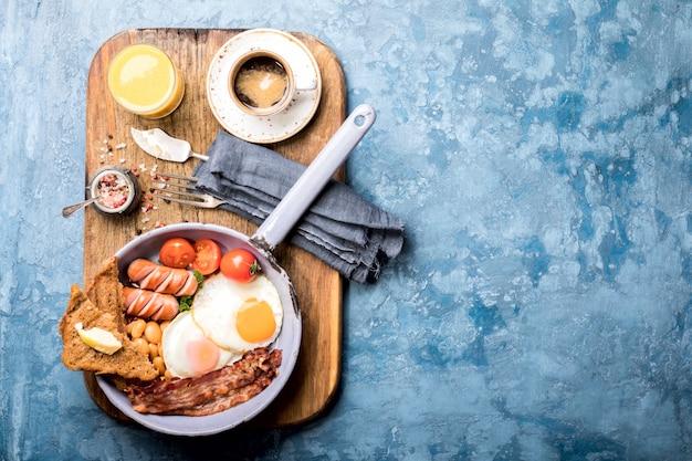 Traditionelles englisches frühstück in der bratpfanne