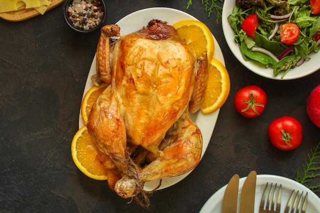 Traditionelles erntedankfesthuhn oder -truthahn, weihnachtsfestgedeck-lebensmitteltabelle, menü vieler teller. lebensmittel . copyspace. ansicht von oben