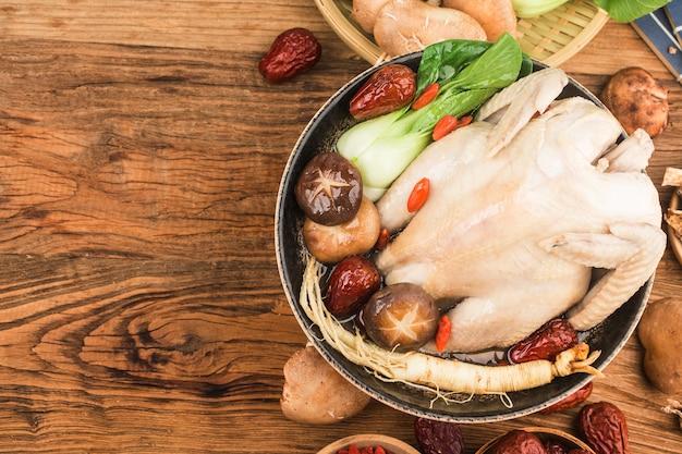 Traditionelles essen-hühnersuppe mit ginseng,