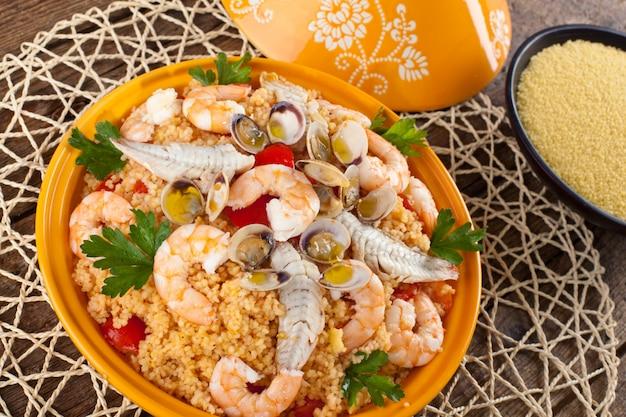 Traditionelles ethnisches essen: fisch tajine