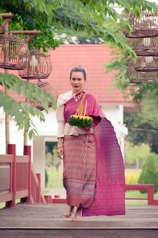 Traditionelles festival loy krathongs von thailand asien-frau in thailändischem kleidertraditionellem haltenem kratong.