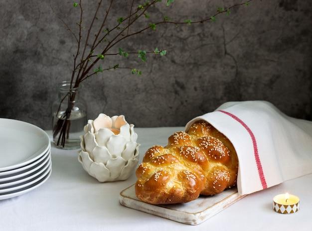 Traditionelles festliches jüdisches challa-brot aus hefeteig mit eiern.