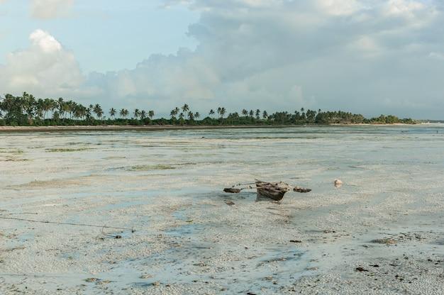 Traditionelles fischerboot auf dem sand bei ebbe