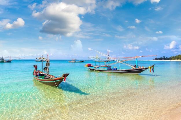Traditionelles fischerboot auf der insel koh phangan, thailand