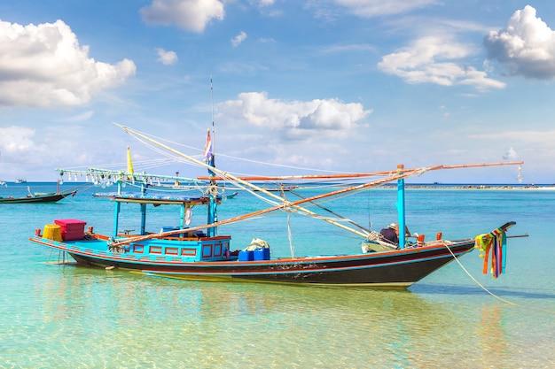 Traditionelles fischerboot auf koh phangan insel, thailand