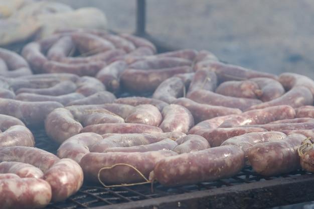 Traditionelles fleisch grillte auf dem grill in der argentinien-landschaft
