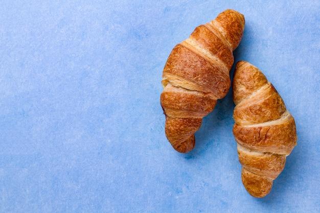 Traditionelles französisches frühstück mit frisch gebackenen croissants