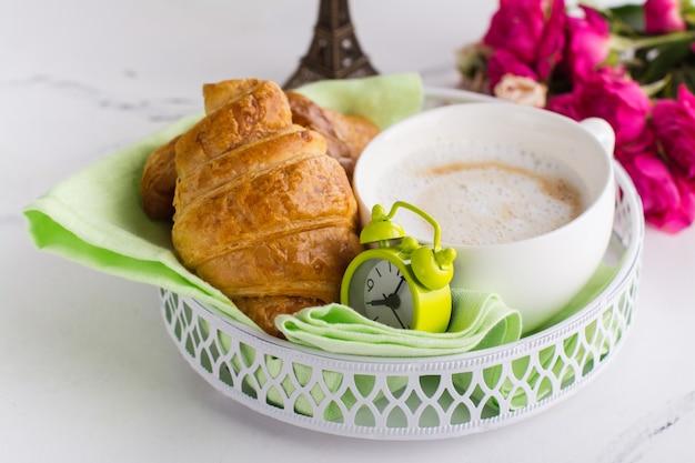 Traditionelles französisches frühstück