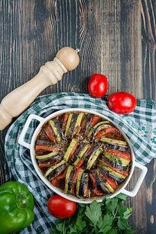 Traditionelles französisches gemüsegericht aus dem ofen