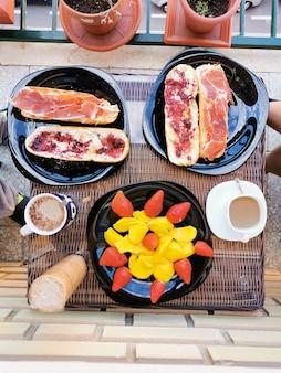 Traditionelles frühstück auf dem balkon eines hauses, seeblick