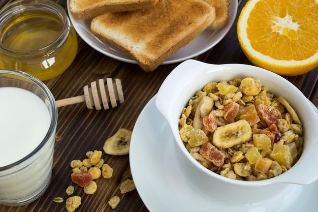 Traditionelles frühstück auf der braunen holzoberfläche