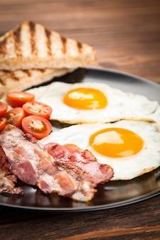 Traditionelles frühstück auf einem teller