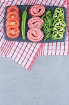 Traditionelles frühstück. gebratener speck und gemüse.