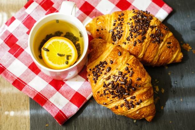 Traditionelles frühstück mit croissants